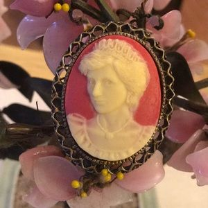 Vintage left face cameo brooch